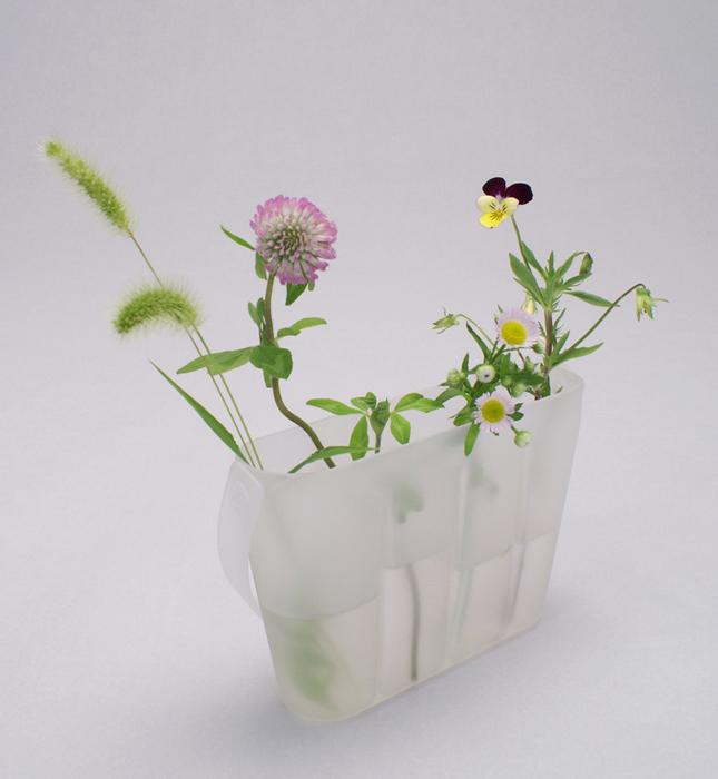 雑草を摘み、水を入れて家に持ち帰り、花器として使用します。