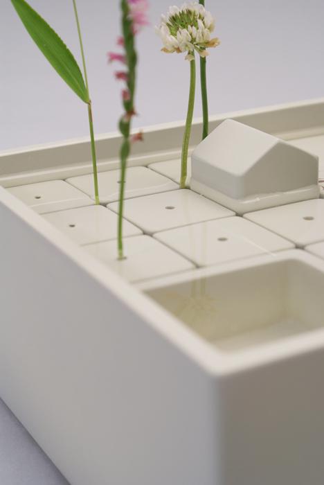 スケールが変わり、雑草が木のように見えてくる。小さな草花をじっくり眺め楽しむ花器。素材は陶磁器を想定。