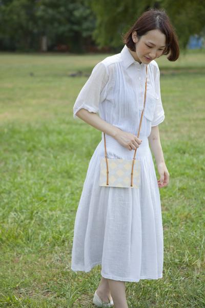 標本用の雑草を採集に行くための、木製の鞄。中の台紙に植物を挟みます