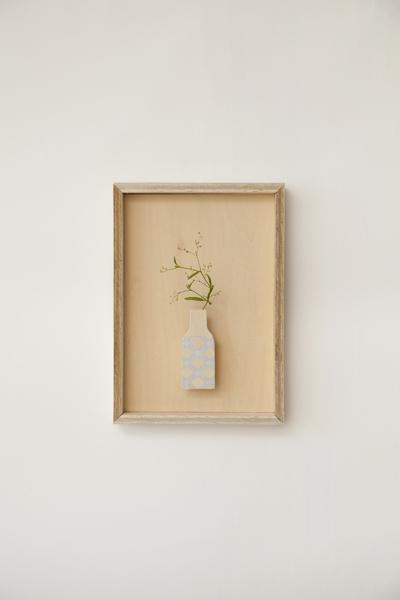 壁に掛けた絵画のように雑草を観賞する木製の花器