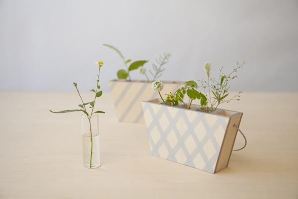 雑草を採集する時に使う、持ち運べる木製の花器
